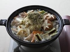 烤加賀蔬菜與雞腿肉的烤飛魚鍋